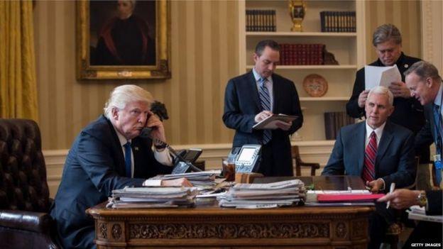 Trump telefonla Putin'le konuşuyor.