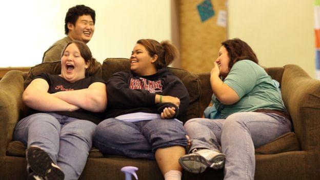 فتيات يتبادلن الضحكات خلال وجودهن في مدرسة خاصة للمساعدة في خفض الوزن