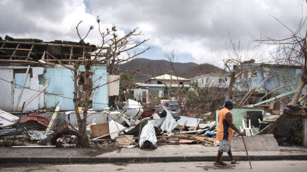 Un hombre pasa entre los escombros en Marigot, en la parte francesa de San Martín.
