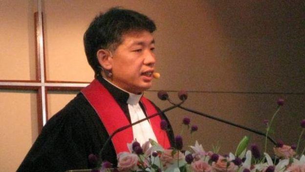 陈思豪牧师在教会主持仪式。
