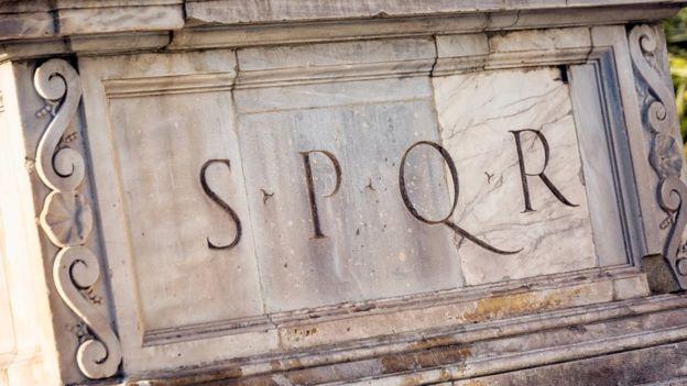 Inscripción romana Senatus Populusque Romanus