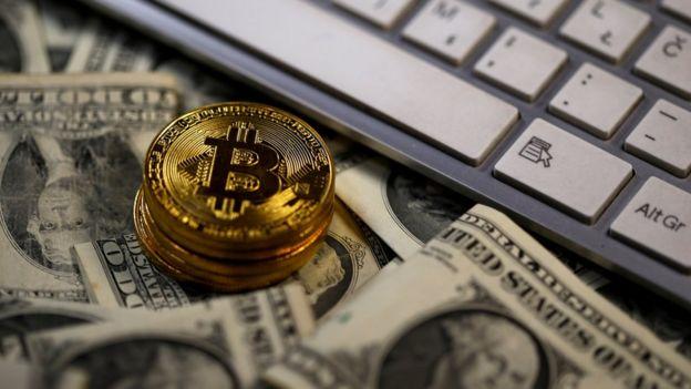 Dólares e moedas com símbolo da bitcoin