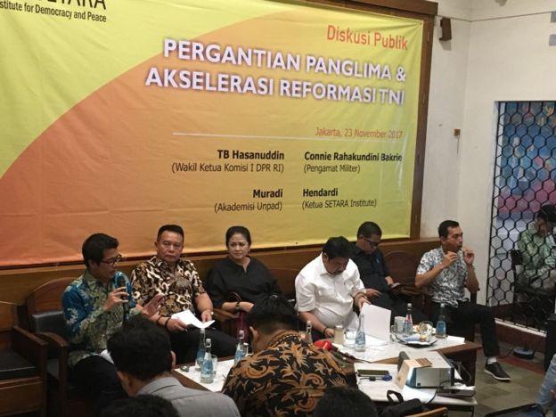 Connie Rahakundini di acara mendesak pergantian panglima TNI bersama Tb Hasanuddin, Hendardi, dan lainnya.