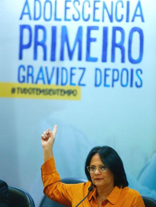 دامارس آلوز، وزیر زنان، خانواده و حقوق بشر برزیل در یک کنفرانس در رابطه با جلوگیری از بارداری در سنین نوجوانی حرف میزند.