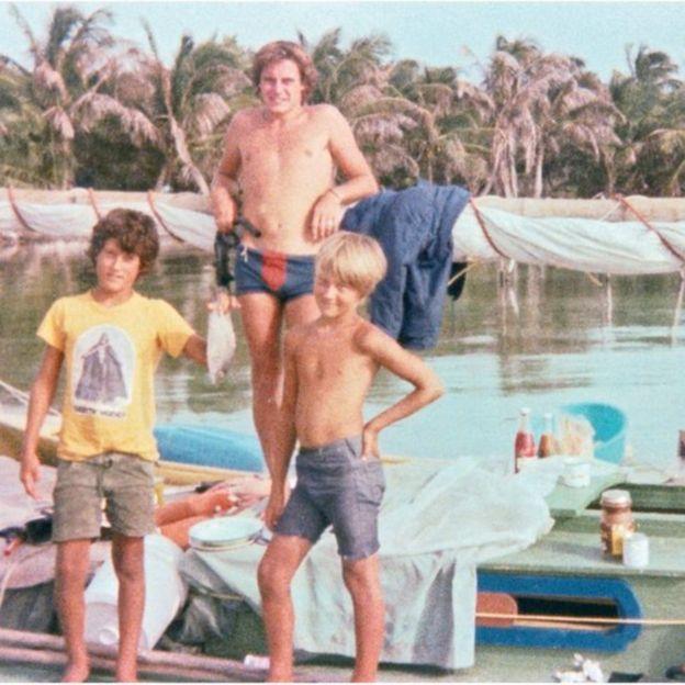 Foto de Chris, Russell (con el pez) y Vince en el barco. Russell encontró esta foto entre las pertenencias de su padre en 2016.