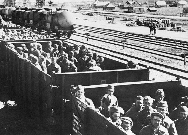 Tren de prisioneros rumbo a campos de concentración en Alemania.