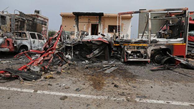 разрушенные автомоибли в Триполи