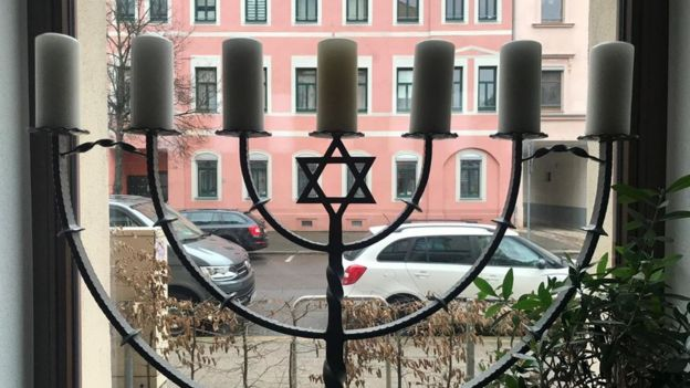 La vista a través de una ventada en el restaurante Shalom