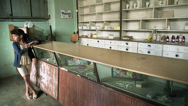 Una farmacia con estantes vacíos en Cuba