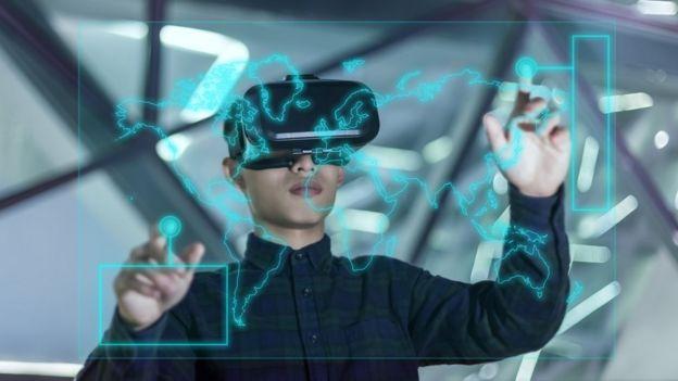 Joven chino en realidad virtual