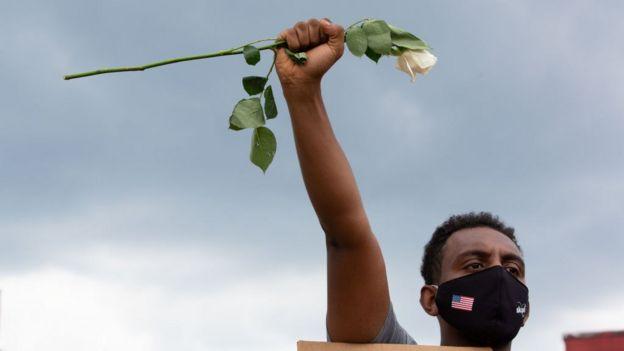 أحد المحتجين في موقع مطعم ويندي حيث قتل رايشارد بروكس، 14 يونيو/حزيران 2020 في أتالانتا، الولايات المتحدة