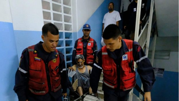 Paramédicos trasladan a un paciente.
