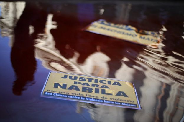 Un cartel que pide Justicia para Nabila sobre un charco fuera del Palacio de los Tribunales de Santiago de Chile el 11 de julio de 2017.