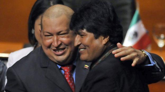 Chávez y Evo abrazados