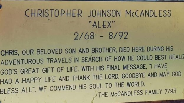 Памятная табличка, установленная на автобусе семьей Криса Маккэндлесса