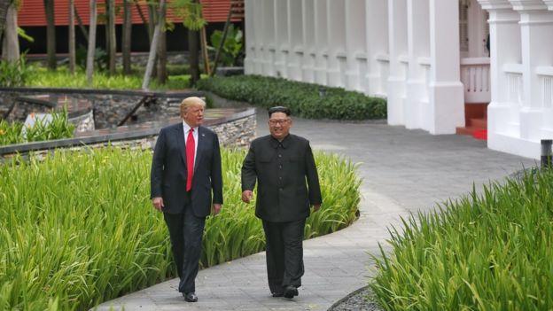 Tổng thống Mỹ Donald Trump (trái) và lãnh đạo Bắc Triều Tiên Kim Jong Un gặp nhau tại hội nghị thượng đỉnh Mỹ-Bắc Hàn,tại khách sạn Capella trên đảo Sentosa ở Singapore vào ngày 12 tháng 6 năm 2018.