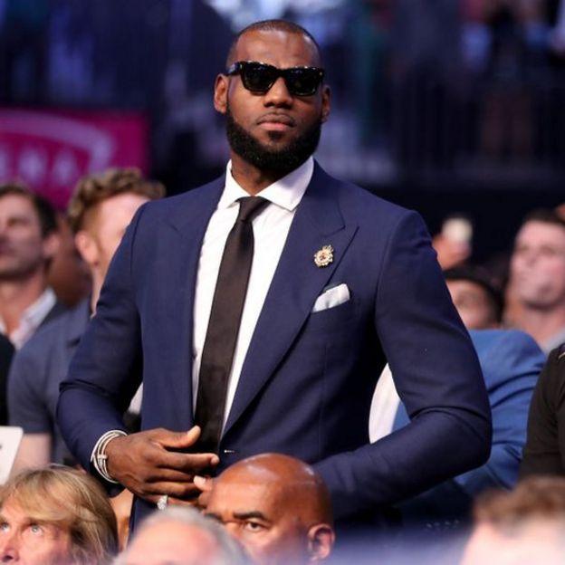LeBron James de traje.
