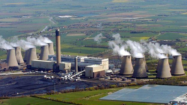 Vista aérea da planta elétrica de Drax, no vale de York (Reino Unido). É a maior estação elétrica a carvão da Europa ocidental