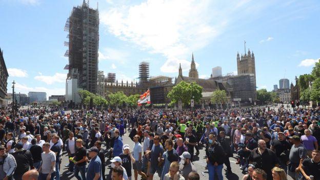 У здания парламента в субботу собрались тысячи участников протестов