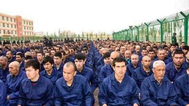 """据了解近年内新疆约有100万维吾尔穆斯林被关押在严密的""""再教育营""""(Credit: BBC/HUMAN RIGHTS WATCH)"""