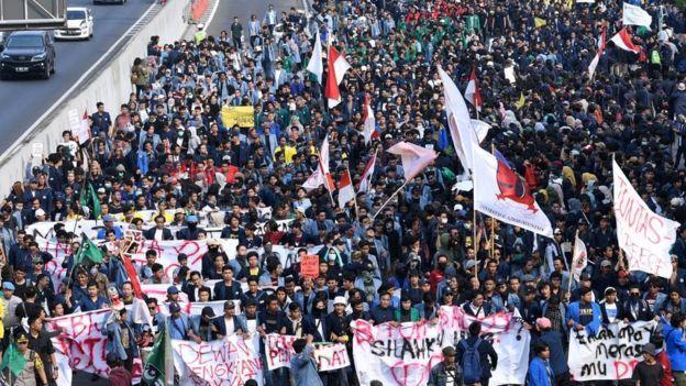 Mahasiswa dari sejumlah elemen mahasiswa se-Jabodetabek berunjuk rasa di depan kompleks Parlemen, Senayan, Jakarta, 23 September 2019.