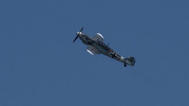 Os nazistas não exigiam que seus pilotos ficassem nos aviões até o contato final. Eles teriam a possibilidade de acionar o paraquedas pouco antes do choque
