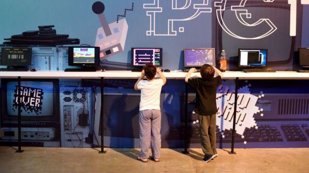 Niños jugando en un ordenador