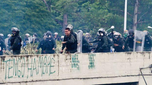 Policías durante una protesta