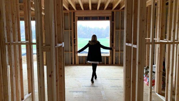 Rumson fazendo um tour pela construção em sua nova casa