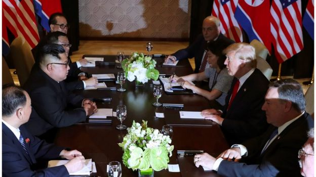 ترامب يصافح كيم خلال اجتماعهما الموسع مع كبار المسوؤولين والمستشارين من الولايات المتحدة وكوريا الشمالية.