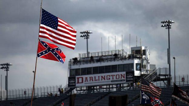 پرچم آمریکا به همراه پرچم کنفدراسیون در مسابقات نسکار