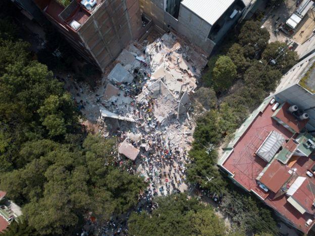 Escombros de um prédio que foi ao chão com o terremoto