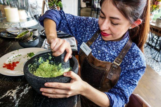 Una mujer prepara guacamole
