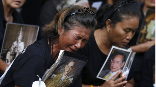 Thai mourners holding a portrait of late Thai King Bhumibol Adulyadej crying outside Siriraj Hospital in Bangkok, Thailand, 13 November 2016.