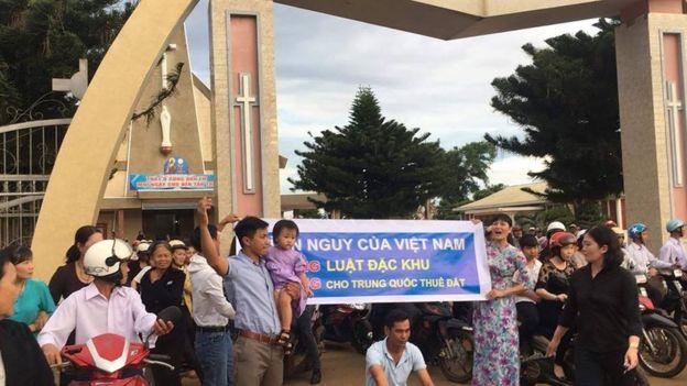 Bà Vy cũng tham gia biểu tình phản đối dự luật Đặc khu hồi tháng 6 năm nay