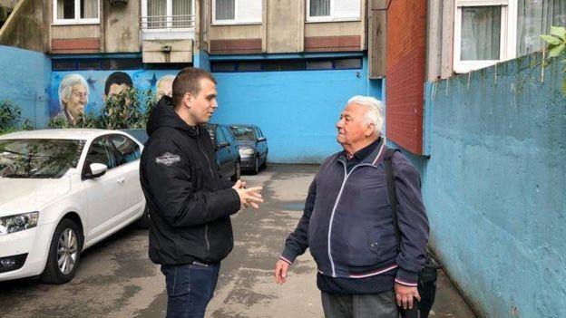El periodista de la BBC Slobodan Maricic con Djordjo Milenic, vecino y amigo del abuelo de Novak Djokovic.