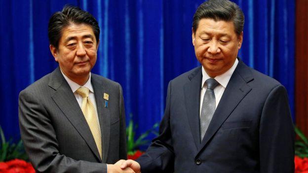 北京人民大会堂内习近平与来访的安倍晋三握手(10/11/2014)