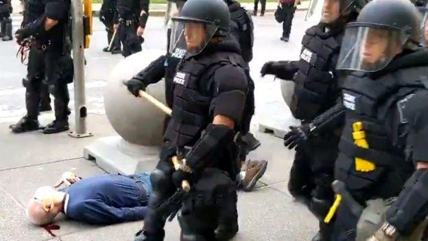 Un video muestra cómo dos agentes de policía empujan a un hombre en Búfalo, Nueva York, este cae y termina herido en el suelo.