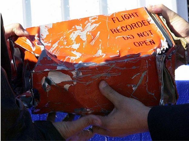 Una caja negra que sostienen autoridades egipcias