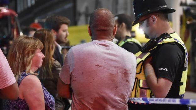 警方在伦敦桥上调查事件。