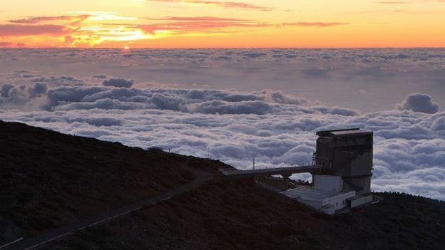 Foto do Telescópio Nacional Galileu, nas Ilhas Canárias, com nuvens ao fundo