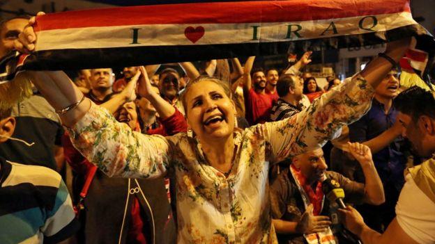 عراقيون يحتفلون باستعادة الموصل من قبضة تنظيم الدولة