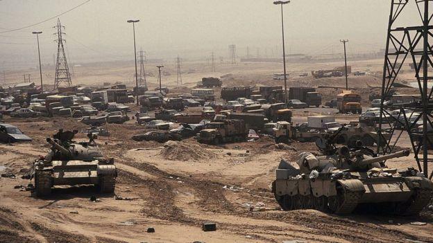 Tanques iraquíes en Kuwait, destruidos tras ataque de la coalición liderada por EE.UU., 2 de marzo de 1991