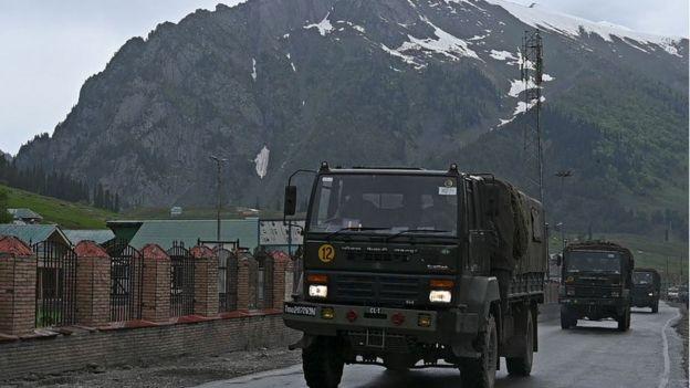 Caminones militares indios dirigiéndose hacia la frontera con China.