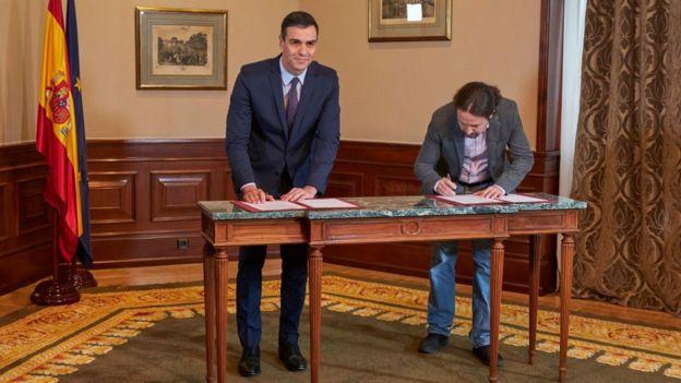Pedro Sánchez y Pablo Iglesias firman el acuerdo para formar gobierno.