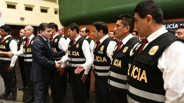 El ministro Carlos Morán saludando a los agentes de la brigada.