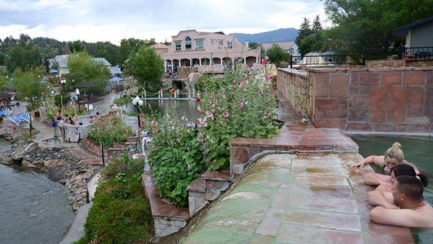 Descubiertas en el siglo XIX, estas aguas termales son populares por sus usos terapéuticos.