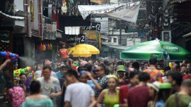 Tết Thái Lan có tục té nước được nhiều người nước ngoài hưởng ứng.