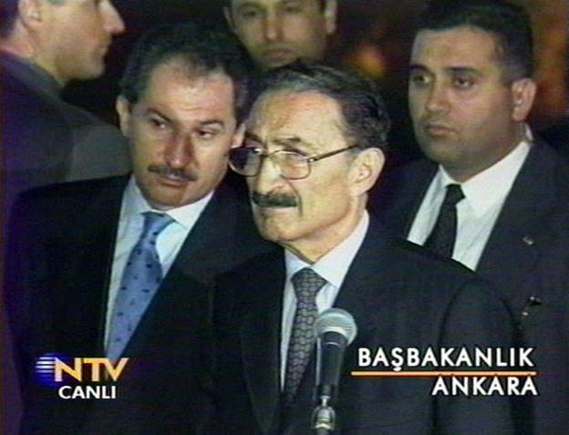 Ecevit, 12 Kasım 1999 tarihinde Düzce'de gerçekleşen depremin ardından gazetecilerin sorularını yanıtlıyor