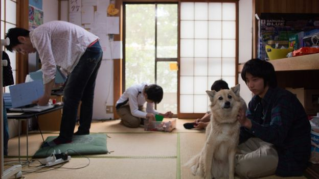 A dog hangs out with pupils at Tamagawa Free School
